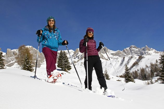 Weekend snowshoes hike with overnight stay in a refuge