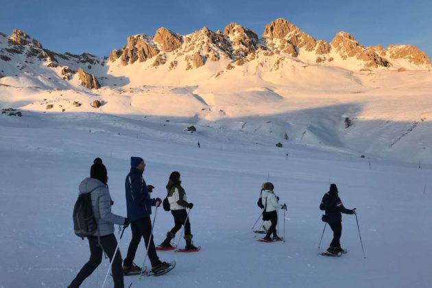 """Snowshoe excursion """"in paradise"""" at sunset"""